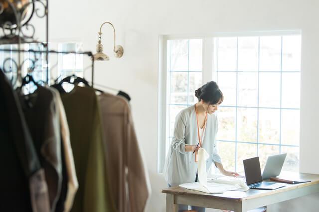 大学中退後に25歳女性がアパレル店に就職したイメージ画像