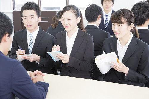 既卒が合同説明会で正社員就職をめざす